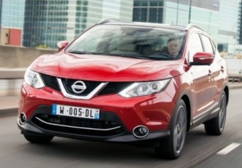 Nissan Qashqai front action city LHD med