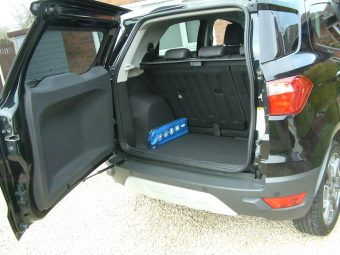 Side-hinged rear door and easy load bootspace
